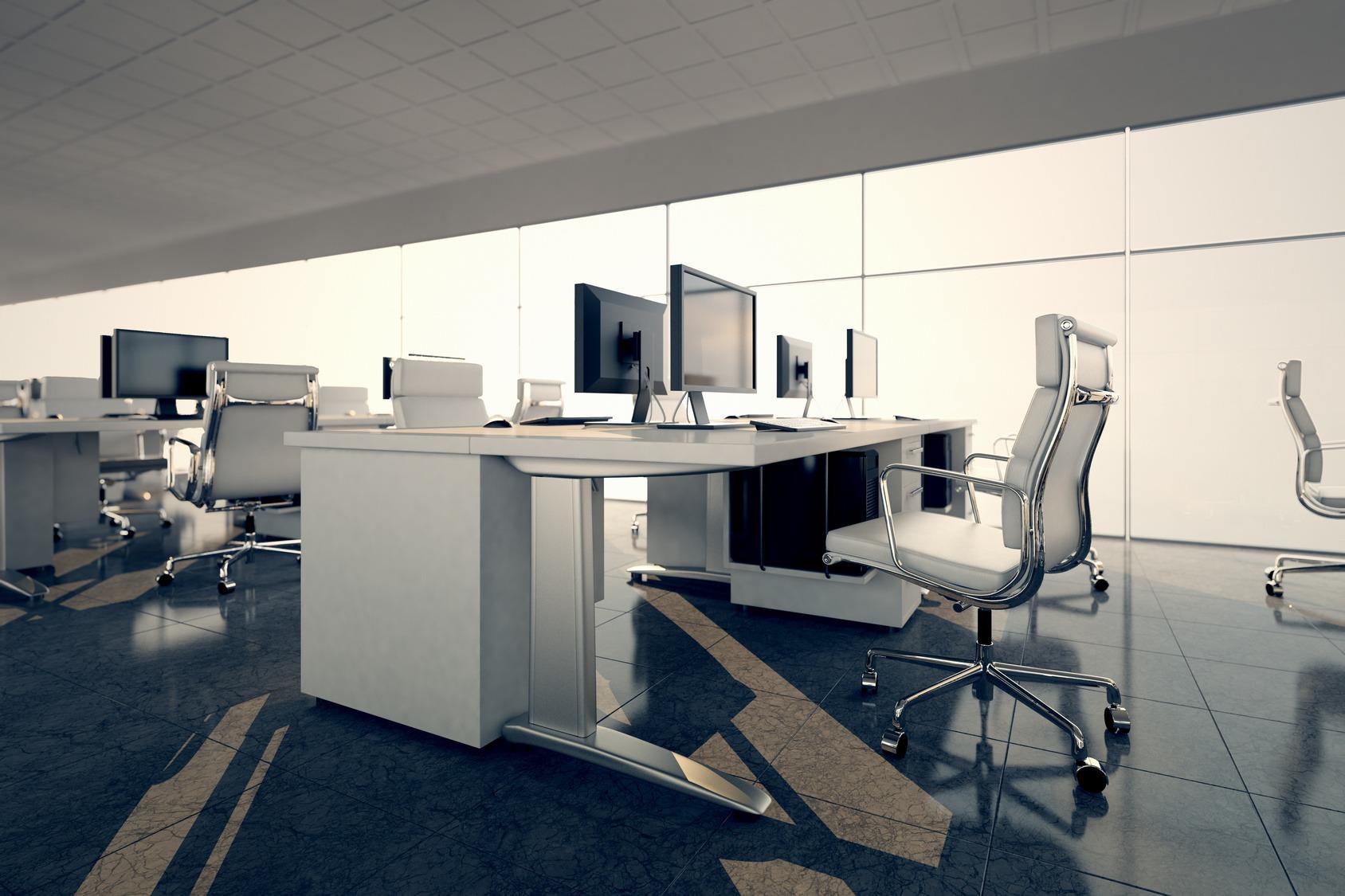 Vue latérale d'un espace de bureau. Arrangement de bureaux blancs sur un fond de mur en verre courtain. Illustre l'agencement et l'ameublement d'un intérieur de bureau moderne, d'un espace d'affaires confortable et de professionnalisme.